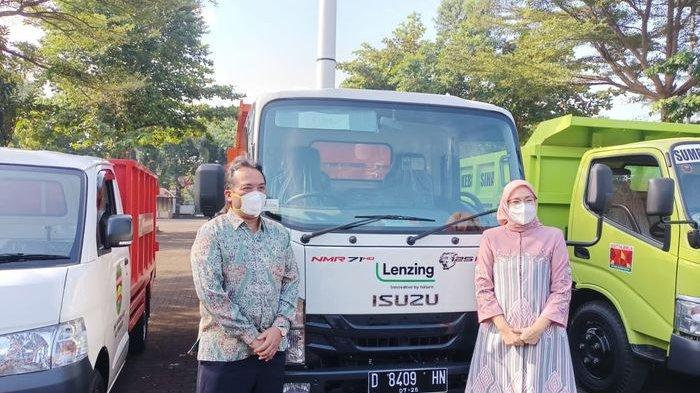 Bupati Purwakarta Anne Ratna Mustika saat menerima bantuan empat unit armada kendaraan pengangkut sampah oleh perusahaan di Purwakarta, Jumat (6/8/2021).