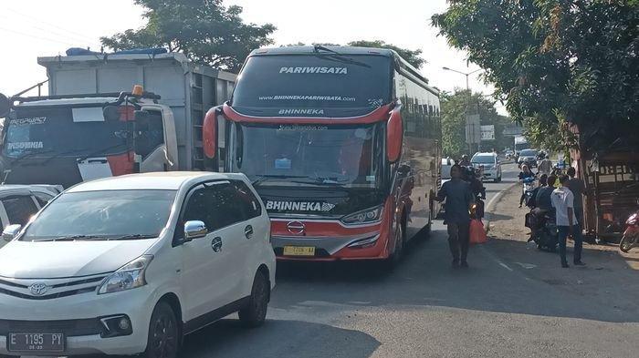 Kendaraan yang melintas di Jalur Pantura di Desa Widasari, Kecamatan Widasari, Kabupaten Indramayu, Minggu (25/4/2021).