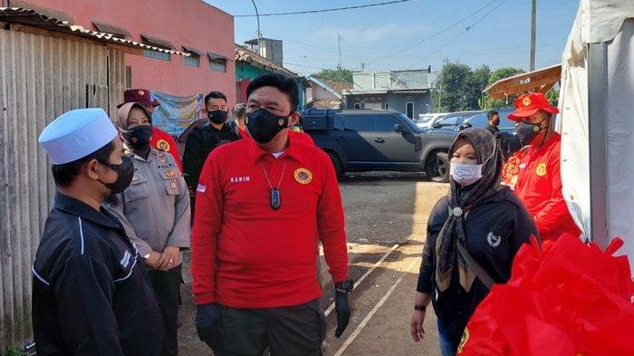 Kepala Badan Intelijen Negara (BIN), Jenderal Pol Purn Budi Gunawan (tengah) meninjau vaksinasi door to door di Desa Mekarsari, Kecamatan Ngamprah, Kabupaten Bandung Barat (KBB), Minggu (18/7/2021).