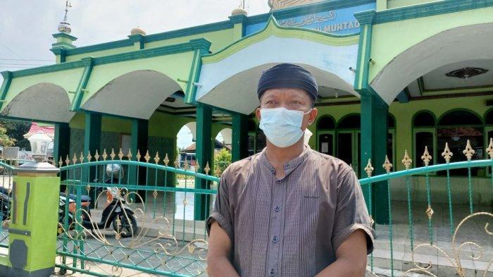 Pj Kepala Desa Jatisawit, Didin Nurudin saat berdiri di depan Masjid Jami Nurulmuhtadien Jatisawit, Kecamatan Jatibarang, Kabupaten Indramayu, Kamis (15/4/2021).