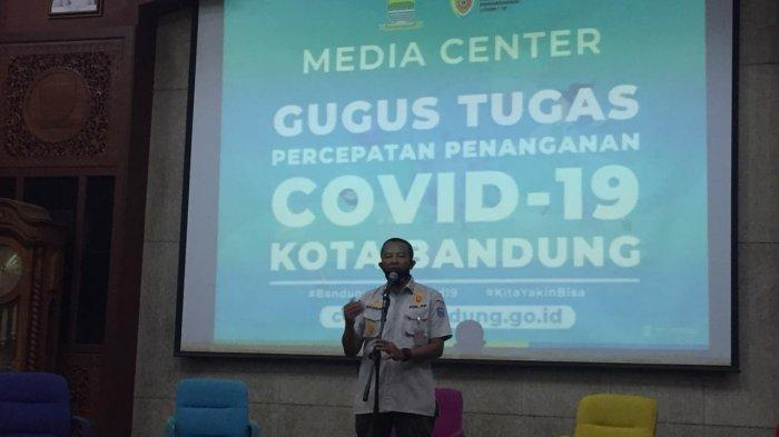 Terjadi Kerumunan, Petugas Tertibkan Pembeli di Sebuah Toko Makanan di Jalan Rajawali Bandung