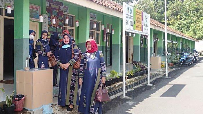 Para Wanita Kepala SD di Tasik Datangi SDN Tugujaya yang Terhalang Benteng Tetangga Berikan Empati