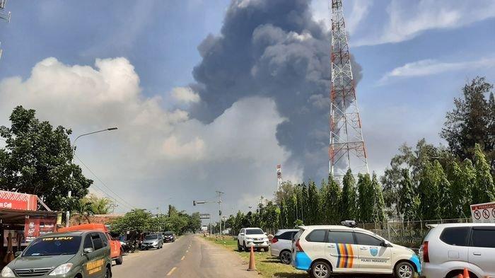 Kepulan asap hitam akibat kebakaran Pertamina RU VI Balongan terlihat dariDesa Majakerta, Kecamatan Balongan, Kabupaten Indramayu, Senin (29/3/2021) siang.