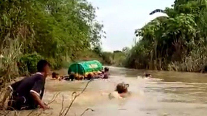 Viral Keranda Jenazah Dihanyutkan di Sungai Menuju TPU, Para Pelayat Berenang di Kanan Kiri Keranda