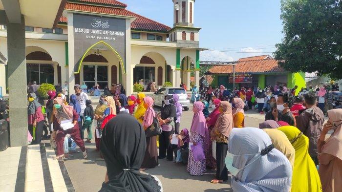 Demi Dapat Bantuan Beras 10 Kilogram, Warga Berkerumun di Kantor Desa Palabuan Majalengka