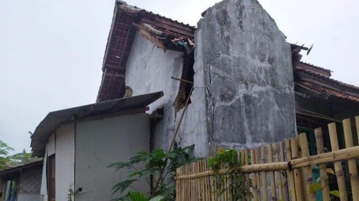 Kerusakan rumah warga Desa Cipondok, Kecamatan Cibingbin akibat gempa terjadi di Brebes, Jumat (11/12/2020).