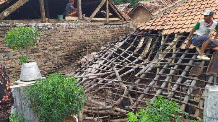 Kerusakan rumah warga Desa Cipondok, Kecamatan Cibingbin akibat gempa terjadi di Brebes, Jumat (11/12/2020)