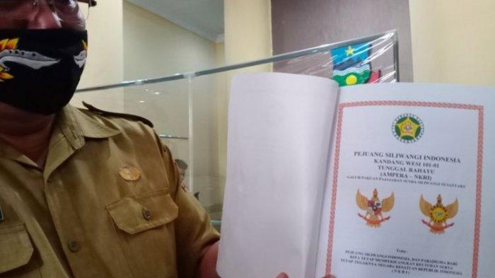 Kepala Kantor Kesbangpolinmas Kabupaten Garut Wahyudidjaya menunjukkan berkas oganisasi atau paguyuban Kandang Wesi Tunggul Rahayu, Selasa (8/9/2020).