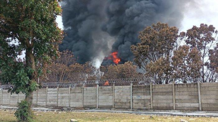 Kilang Minyak Pertamina Balongan Meledak Lagi, Api Kembali Besar, Warga Mau Pulang Ngungsi Lagi. Foto pada Rabu (31/3/2021) pukul 10.00