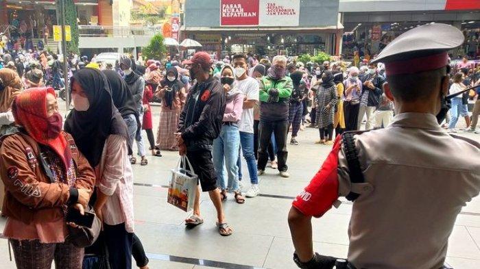 FOTO-FOTO Membeludaknya Pengunjung Pasar Baru dan Kings Kapatihan Jelang Lebaran, Antrean Mengular