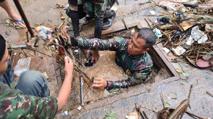 Kisah Serka Eri, Anggota TNI Masuk Got Kotor Menyelam 5 Kali Ambil Sampah, Ada Bangkai Tikus
