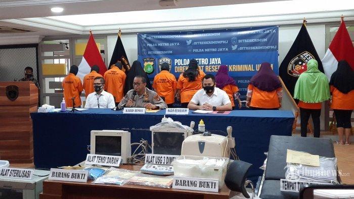 Kabid Humas Polda Metro Jaya Kombes Pol Yusri Yunus (tengah), didampingi Wadir Krimum Polda Metro Jaya AKBP Jean Calvijn Simanjuntak (kanan) memberikan keterangan kepada wartawan terkait pengunfkapan praktek aborsi ilegal di Mapolda Metro Jaya, Jakarta Selatan, Rabu (23/9/2020). Praktek ilegal aborsi yang sudah belasan tahun beroprasi ini diungkap Polisi dengan menangkap 10 orang tersangka dan sejumlah barang bukti