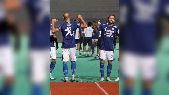Duet gelandang Persib Bandung Marc Klok dan Mohammed Rashid.
