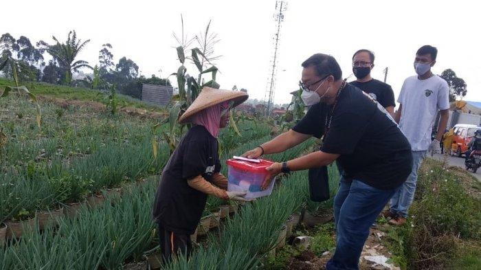 Bantuan Banyak Fokus di Perkotaan, Komunitas Ini Pilih Bagi Sembako Ke Pelosok Pedesaan di Ciwidey