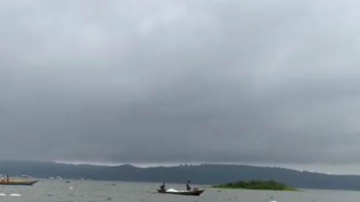 Perahu Angkut Pakan Ikan Tenggelam di Waduk Jatiluhur, Korban Selamat Dibantu Warga