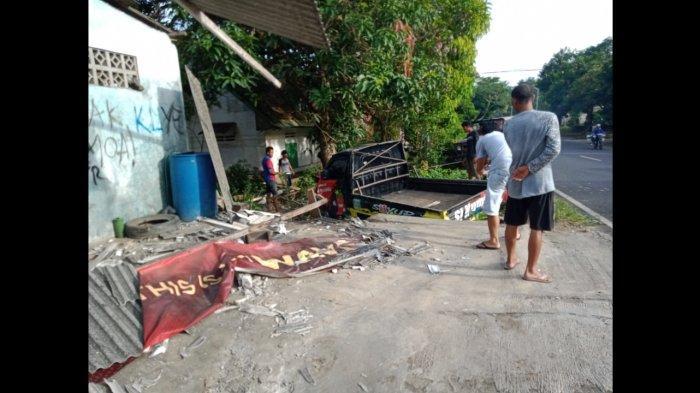 Sopir Tertidur Saat Mengemudi Mobil Pikap Muat Sayuran di Pangandaran Tabrak Tiang Rumah Warga