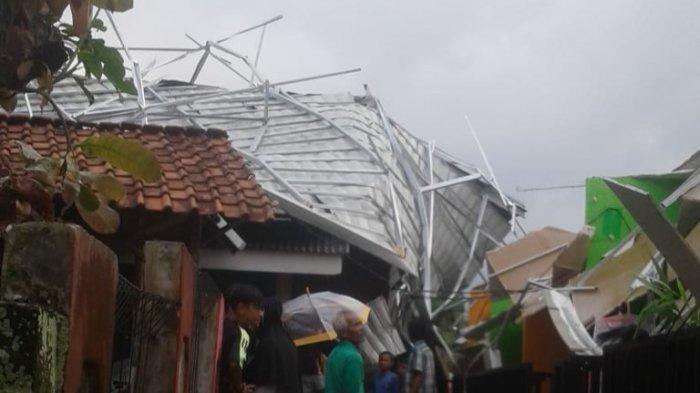 Sejumlah Rumah di Parungkuda Sukabumi Rusak Diterjang Angin Puting Beliung, Atap Terbalik