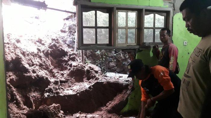 Ditinggal Tahlilan, Dinding Rumah Jaja Jebol Diterjang Longsor di Darmaraja Sumedang