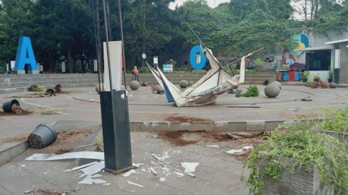 Bukan Buruh Massa Berpakaian Hitam Hitam Rusak Pot Dan Lampu Taman Cikapayang Bandung Tribun Jabar