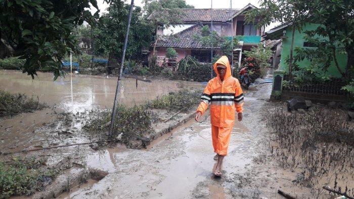 Sungai Cipelang Meluap, Banjir Badang Menererjang Sejumlah Rumah Warga di Ujungjaya Sumedang