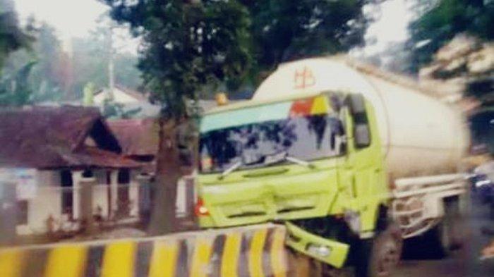 Truk Tangki Tabrak Pembatas Jalan di Cikembar Sukabumi, Warga Dengar Suara Kencang