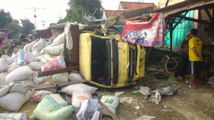 Truk Terguling di Jalur Cirebon-Indramayu, Gabah Berceceran di Jalan Raya