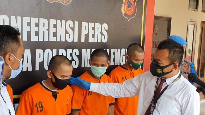 Empat pelaku penyalahgunaan dan penyebaran narkoba dihadirkan dalam konferensi pers oleh Sat Narkoba Polres Majalengka,  Senin (18/1/2021)