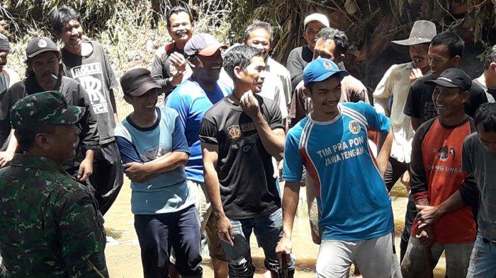 Akrabnya Koramil Rancaekek dan Warga, Gotong Royong Bersihkan Sungai Penuh Canda dan Tawa