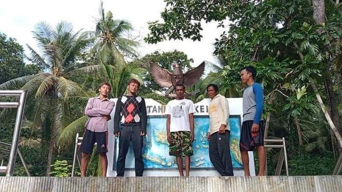Lima korban selamat KM Hentri  tengah berasa di Desa Tanimbar, Maluku Tenggara