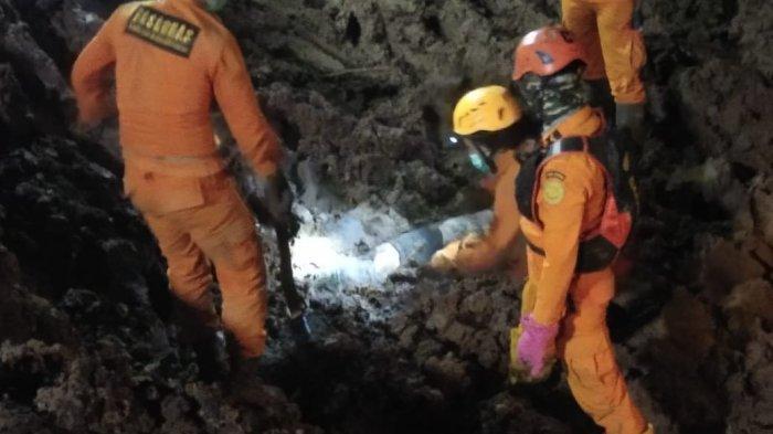 Jaka Sopandi (42) ditemukan meninggal dunia dalam keadaan tertimbun tanah longsor di Perumahan Pondok Daud, Kampung Bojongkondang, RT 3/10, Desa Cihanjuang, Kecamatan Cimanggung, Kabupaten Sumedang, pada Jumat (15/1/2021), malam.