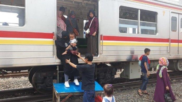 Mati Listrik, Penumpang KRL Bosan Menunggu Kereta Berfungsi, Akhirnya Turun dari Gerbong