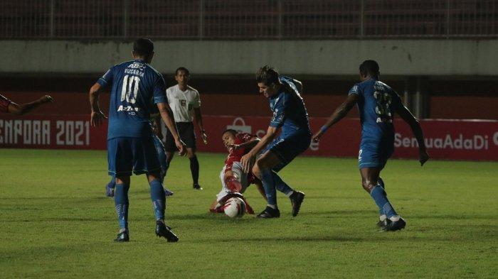 Nick Kuipers berebut bola dengan pemain Bali United. Laga Persib vs Bali United berakhir imbang 1-1.
