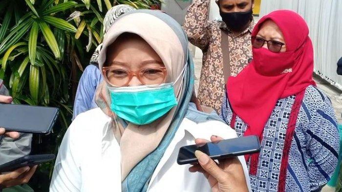 Kurnia Agustina berbicara kepada wartawan seusai memberikan suara di TPS 015 Desa Gunung Leutik, Kecamatan Ciparay, Kabupaten Bandung, Rabu (9/12/2020).