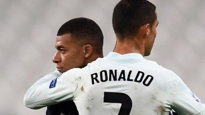 Kylian Mbappe dan Cristiano Ronaldo berpelukan seusai pertandingan Prancis vs Portugal.