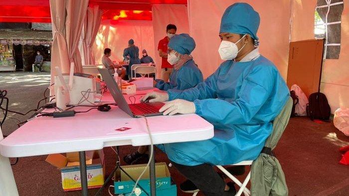 Kegiatan Swab Test Drive Thru oleh Laboratorium Merah Putih di GOR Pajajaran.