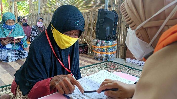 Seorang ibu lansia belajar membaca Al-Quran di Desa Tegalurung, Kecamatan Balongan, Kabupaten Indramayu, Jawa Barat, Minggu (25/4/2021).