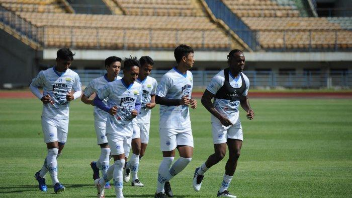 Para pemain Persib Bandung dan Bandung United berlatih di Stadion GBLA, Senin (1/3/2021).