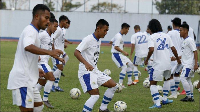 Latihan Persib Bandung di Stadion Sport Jabar, Arcamanik, Bandung, Minggu (26/5).