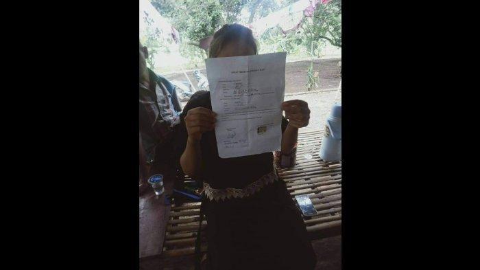 Noni bersama surat talak cerai dari Abah Sarna