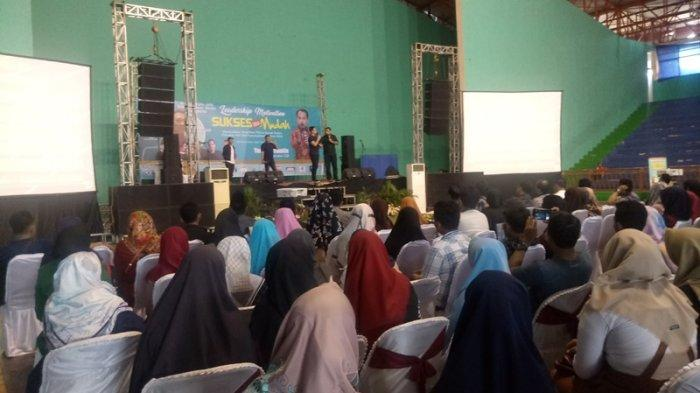 Sejumlah Artis Ibu Kota Motivasi Ratusan Milenial di Sport Hall Bima Cirebon