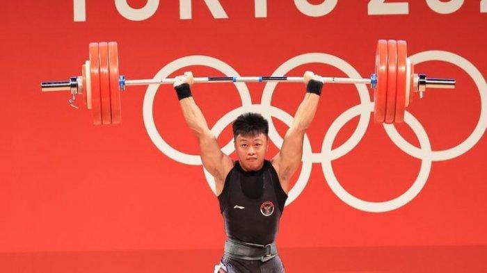 Lifter Indonesia, Rahmat Erwin Abdullah, saat bertanding di Olimpiade Tokyo 2020.
