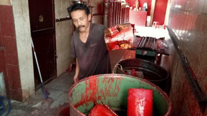 Mengintip Proses Pembuatan Lilin Merah Raksasa Ornamen Imlek di Bandung