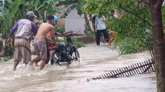 Pengendara Bertaruh Nyawa Lintasi Deras Air yang Tutupi Jalan di Desa Malangsari Indramayu