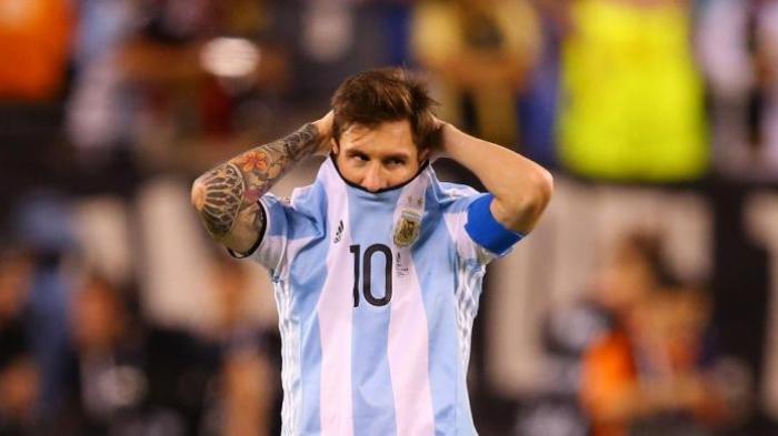 Lionel Messi meratapi kegagalan mengeksekusi penalti saat Argentina melawan Cile pada final Copa America di MetLife Stadium, Minggu (26/6/2016) atau Senin pagi WIB.