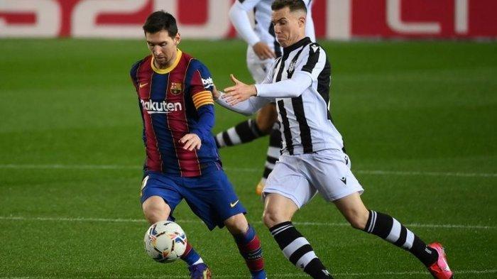Bek Spanyol Levante Carlos Clerc (kanan) menantang penyerang Argentina Barcelona Lionel Messi selama pertandingan sepak bola liga Spanyol antara FC Barcelona dan Levante UD di stadion Camp Nou di Barcelona pada 13 Desember 2020.