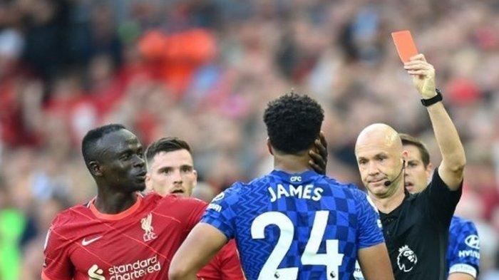 Reece James (kanan) mendapat hukuman kartu merah pada laga pekan ketiga Liga Inggris antara Liverpool dan Chelsea di Stadion Anfield, Minggu (29/8/2021) dini hari WIB.
