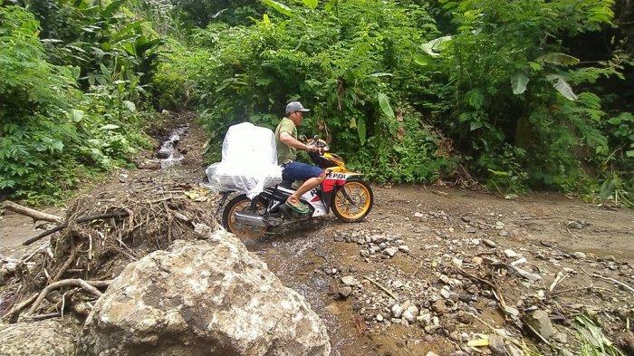 Pejuang Demokrasi Pilkada Sukabumi, Angkut Kotak Suara ke TPS Lewati Jalan Longsor di Atas Gunung