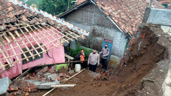 Rumah Deden di Kadudampit Sukabumi Rusak Berat Setelah Diterjang Longsor