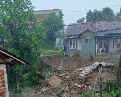 Tebing Setinggi 5 Meter di Cibadak Sukabumi Longsor, Enam Rumah Warga Terancam