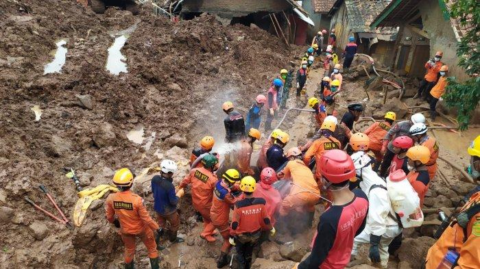 Proses evakuasi korban longsor Cimanggung, Kamis (14/1/2021).